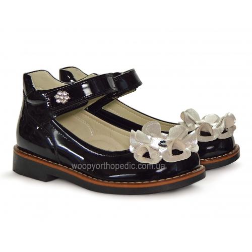 Туфли школьные лакированные с серебристым цветком